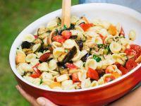 Nudelsalat mit Käse und Auberginen