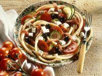 Nudelsalat mit Oliven, Schafskäse und Tomaten