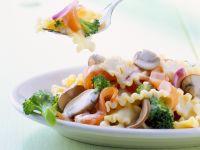 Nudelsalat mit Räucherlachs und Joghurtdressing