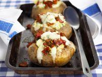 Ofenkartoffel mit Käse und Tomaten gefüllt