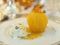 Orange mit Kardamom, Walnusseis und Karamellsoße