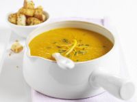 Orangen-Möhren-Suppe mit Croûtons