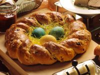 Osterkranz aus Hefeteig mit Rosinen