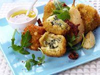 Panierte Roquefortklößchen mit Rucola und Birnen