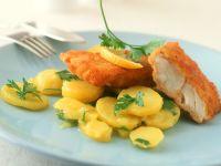 Panierter Fisch und Kartoffelsalat