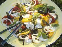 Paprikasalat mit Mozzarella und Basilikum