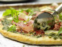 Parmaschinken-Pizza mit Rucola