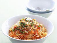 Pasta mit Chili-Tomaten-Soße und luftgetrocknetem Schinken (Pancetta)