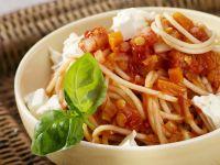 Pasta mit Linsen-Tomatensoße und Schafskäse