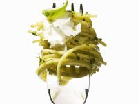 Pasta mit Pesto und Parmesankäse