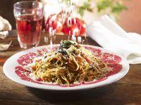Pasta mit Rindfleischcarpaccio, Tomaten und Salbei
