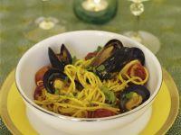 Pasta mit Safran, Miesmuscheln und scharfer spanischer Wurst (Chorizo)