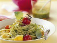Pasta mit Salat-Pesto und Cherrytomaten