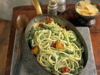 Pasta mit Spargel, Tomaten und Erbsen-Sahnesoße