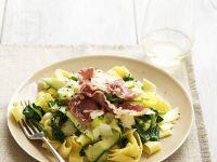 Pasta mit Spinat, Zucchini und luftgetrocknetem Schinken (Pancetta)