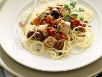 Pasta mit Thunfisch-Tomatensoße und Oliven