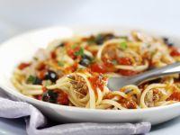 Pasta mit Tomaten, Oliven und Thunfisch