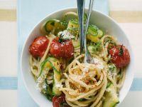 Pasta mit Tomaten und Zucchini