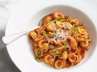 Pasta mit Tomatensoße und Parmesan