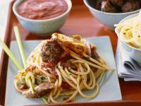 Pasta mit Würstchen, Hackklößchen und Kapern-Tomatensoße