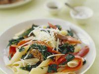 Pasta mit Würstchen, Strunkkohl, Paprika und Käse