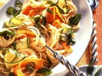 Pasta mit Zucchini, Möhren und Kräutern