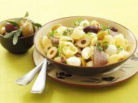 Pastasalat mit Rind, Oliven und Mozzarella