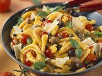 Pastasalat mit Sardellen, Kapern, Oliven und Parmesan