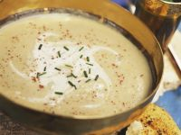 Pastinakensuppe indische gewürzt mit Fladenbrot