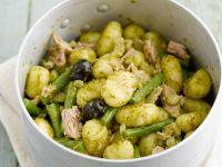 Pesto-Gnocchi mit Bohnen, Oliven und Hähnchen