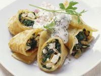 Pfannkuchenrollen mit Spinat, Feta und Pinienkernen