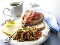 Pfifferlinggemüse mit Brot, Speck und geräuchertem Käse