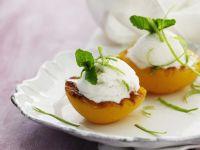 Pfirsiche vom Grill mit Eis und Limettenzesten