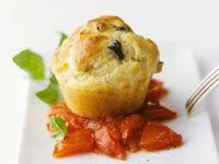 Pikante Muffins auf Tomatenbett