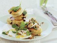 Pikanter Hefepfannkuchen (Struven) mit Ziegenkäse, Spinat und Haselnüssen