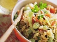 Pilaw mit verschiedenem Gemüse und Petersilie