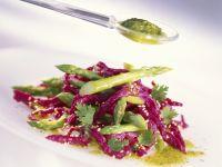 Pinke Spätzle mit grünem Spargel und Koriandersoße
