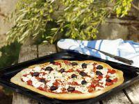 Pizza mit Oliven und Feta