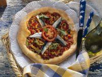 Pizza mit Sardinen und Tomaten