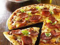 Pizza mit scharfer Wurst