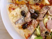 Pizza mit Thunfisch, Sardellen, Oliven