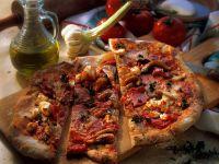 Pizza mit Wurst, Paprika und Käse