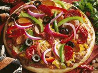 Pizza mit Wurst, Paprika, Zwiebeln und Oliven