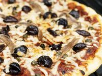 Pizza Napoli (Anchovis, Oliven, Kapern)