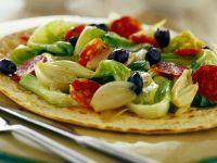 Pizzafladen belegt mit Lattich und Salami