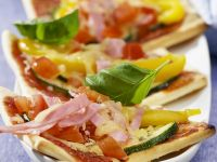 Pizzaschiffchen mit Schinken und Gemüse