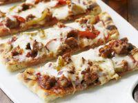 Pizzaschnitten mit Wurst und Peperoni