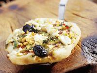 Pizzataler mit Feta und Oliven