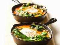Pochierte Eier mit Spinat und Tomaten aus Israel