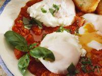 Pochierte Eier mit Tomatensauce